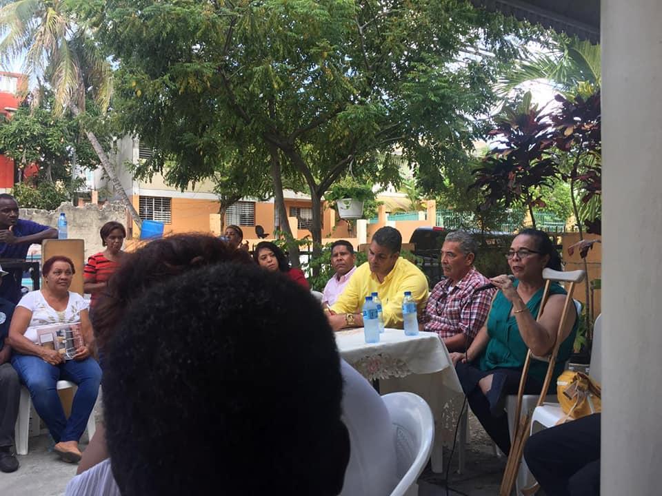 Encuentro realizado por la Junta de Vecinos Gregorio Luperón, con las organizaciones comunitarias de las Caobas y las autoridades del Municipio